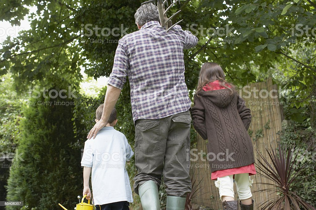 Grand-père et petits-enfants jardinage photo libre de droits