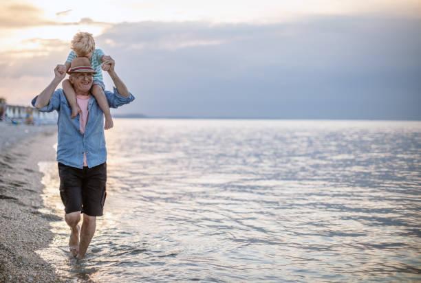 Großvater und Enkel am Strand – Foto