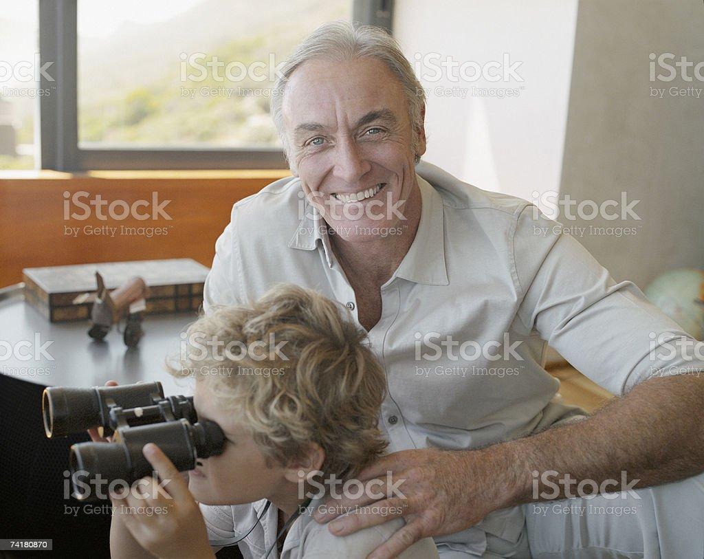 Avô e Neto com Binóculos foto de stock royalty-free