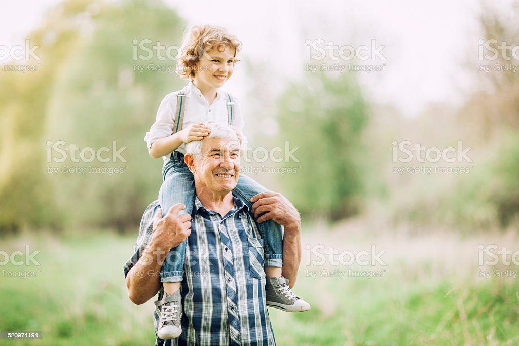 Abuelo y a su nieto a al aire libre - foto de stock