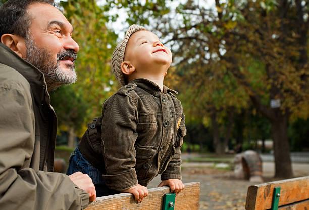 dziadek dziecko jesień - judaizm zdjęcia i obrazy z banku zdjęć