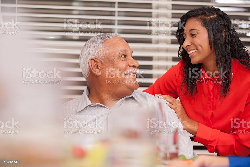 Abuelo, niño compartir momento especial durante Navidad la cena. - foto de stock