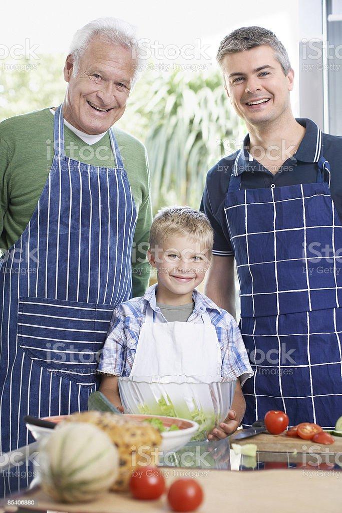 Grand-père, père et fils à préparer des repas photo libre de droits