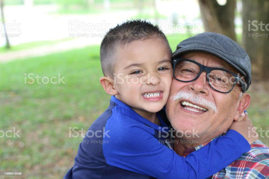 Divertirse con su nieto de abuelo - foto de stock