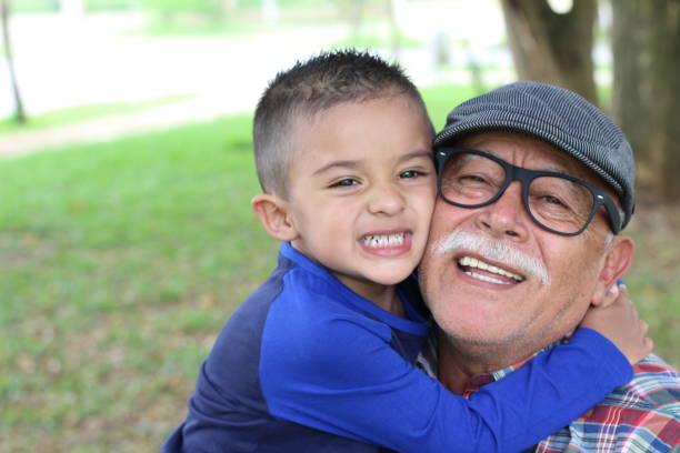 Avô, divertindo-se com o seu neto - foto de acervo