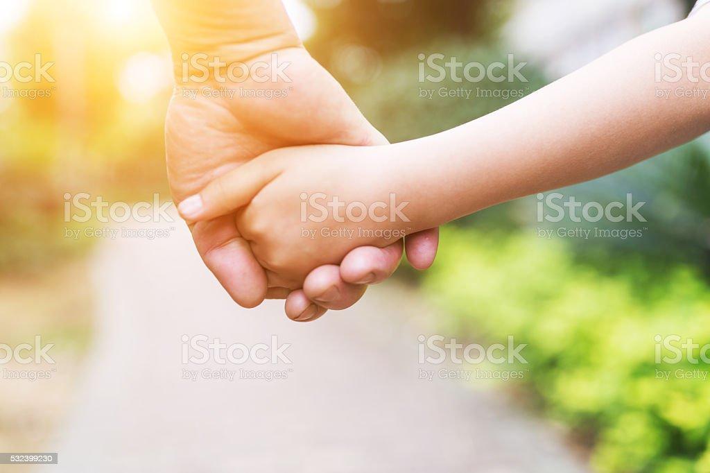 Abuelo Organice mano con su nieta - foto de stock