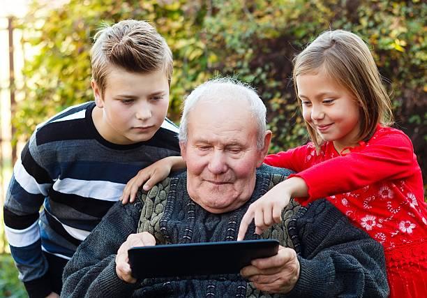Großvater etwas Neues lernt – Foto