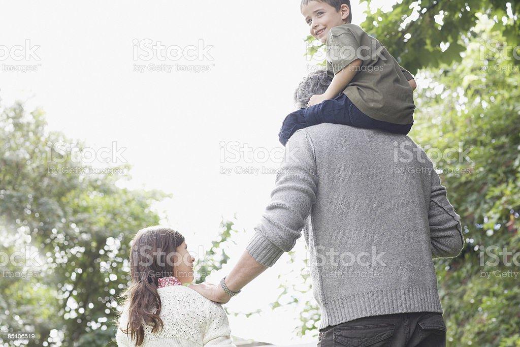 Abuelo aire libre con sus nietos - foto de stock