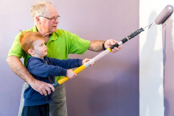 Großvater gemalt neues Haus mit Grandson – Foto