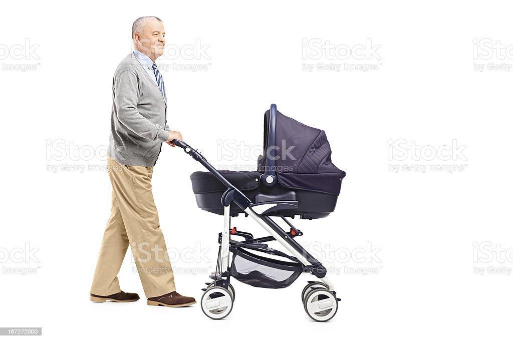 Abuelo impulsar su bebé en un stroller nephew - foto de stock