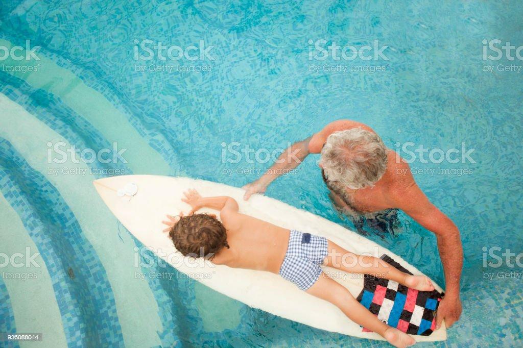 Nieto de abuelo enseñanza para navegar - foto de stock