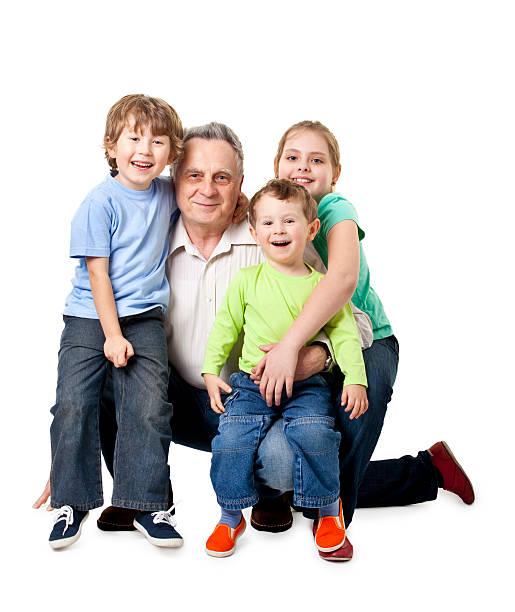 Abuelo con los nietos - foto de stock