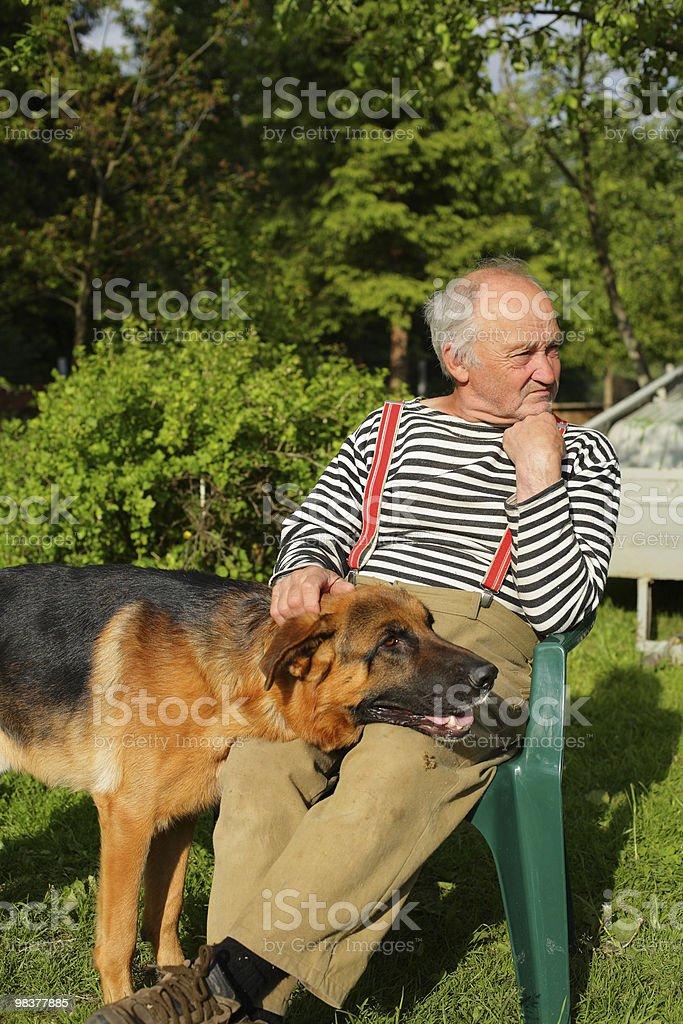 Nonno con il suo cane foto stock royalty-free