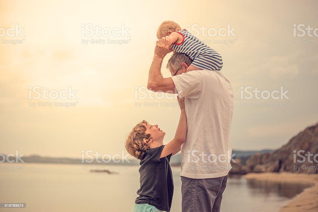 Großvater mit seinem Enkel am Strand – Foto