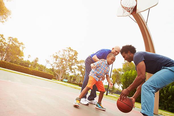 Großvater mit Sohn und ihr Enkel beim Basketball – Foto