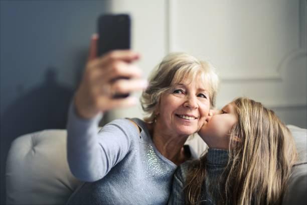 Abuela y nieta selfie - foto de stock