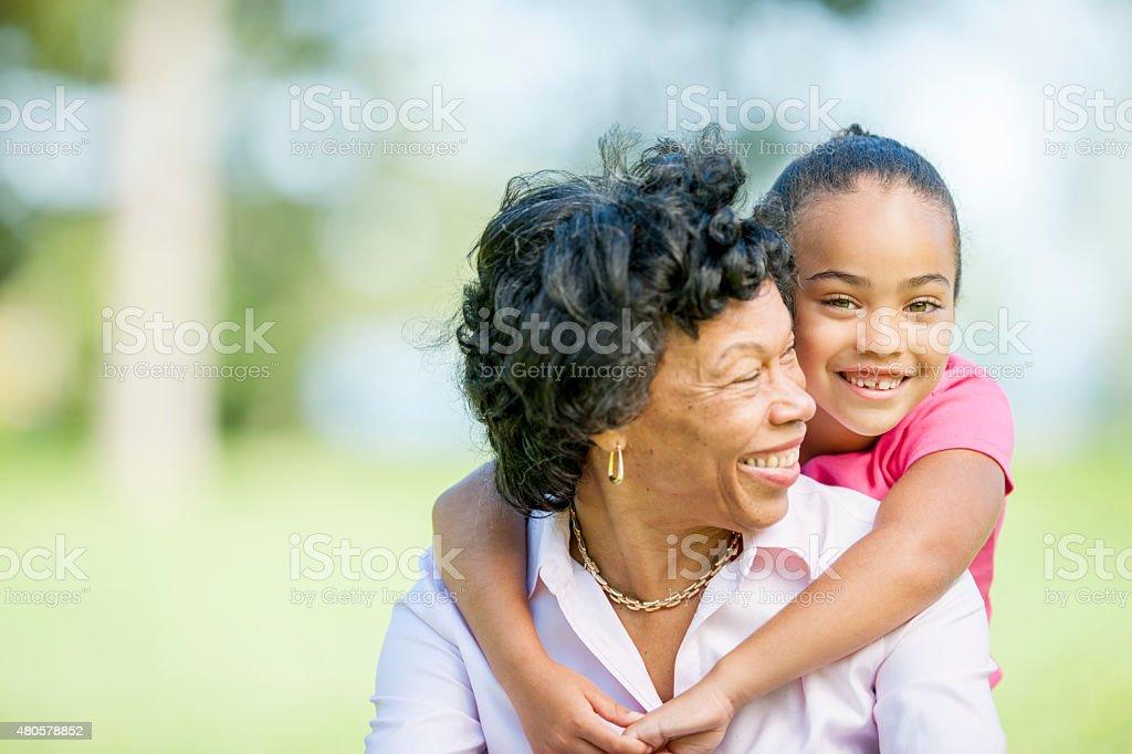 Grandma y Granddaughter Pase tiempo de calidad - foto de stock