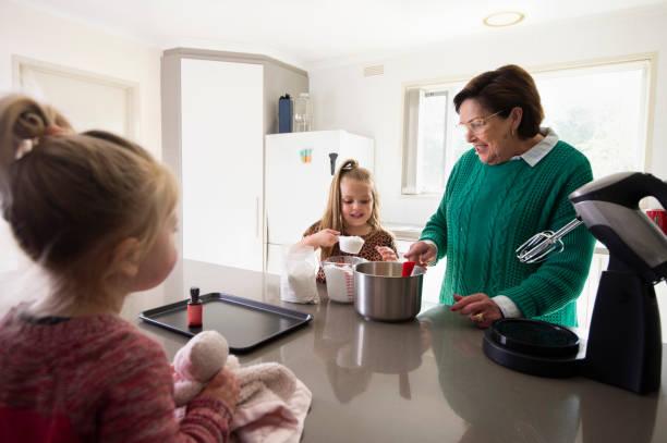 Oma Kocht Kekse mit Enkelkindern – Foto
