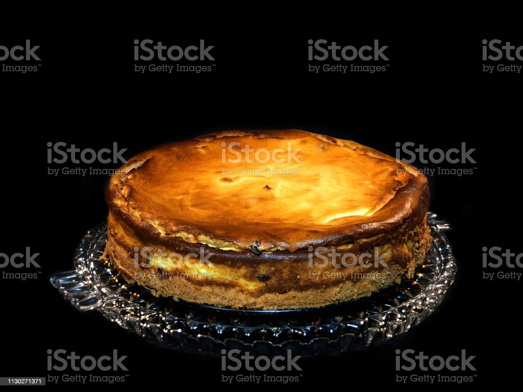 Oma s Käsekuchen, frisch gebacken, auf einer Glasplatte, schwarzer Hintergrund – Foto
