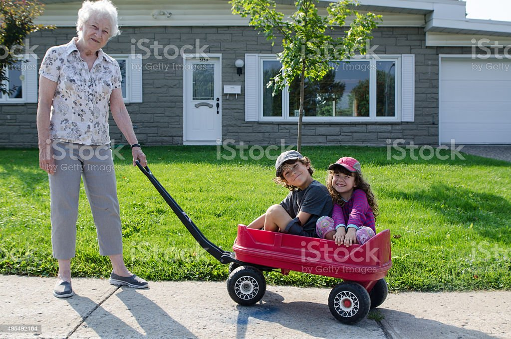 Oma mit grandkids – Foto