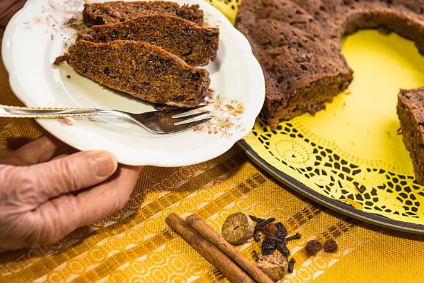 oma-depression kuchen - löcherkuchen stock-fotos und bilder