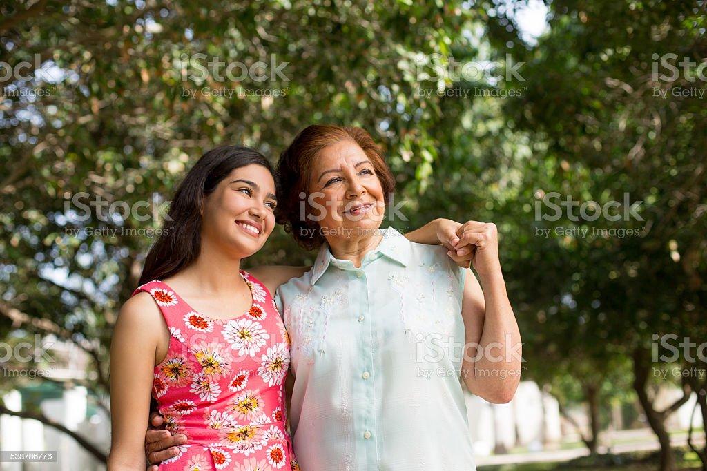 Abuela y nieta están mirando juntos - foto de stock