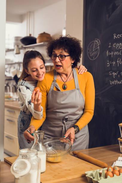 grand-mère et petite-fille de cuisson ensemble dans la cuisine - Photo