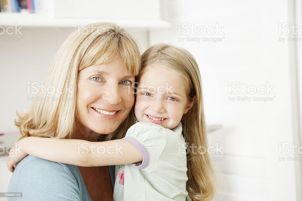 A avó e NETA Abraçar foto de stock royalty-free