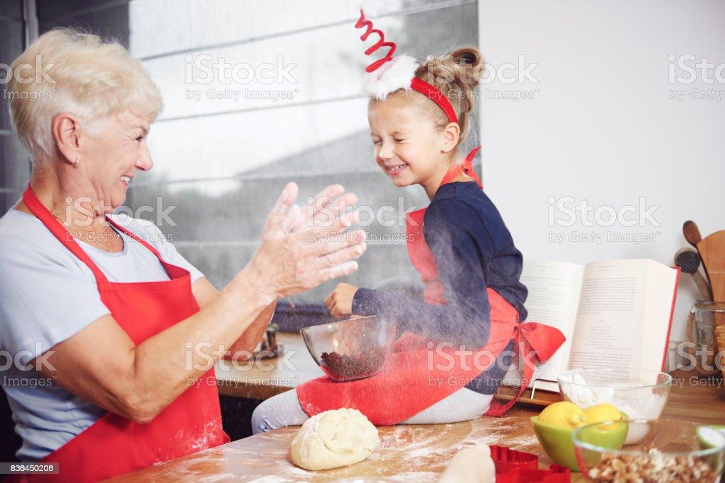 Großmutter und Enkelin in Küche genießen Lizenzfreies stock-foto