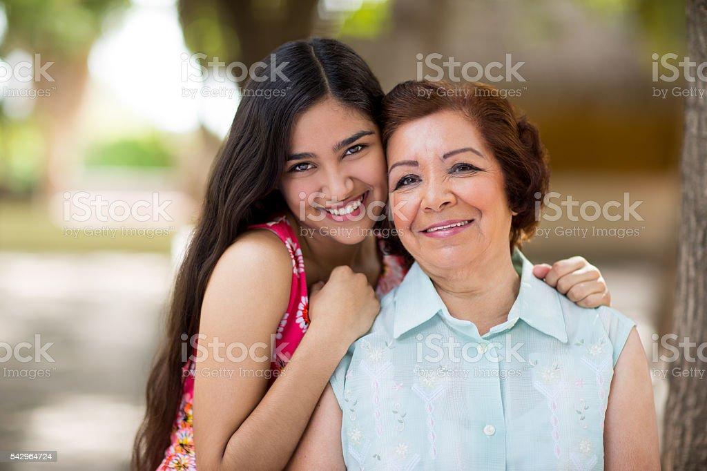 Abuela y nieta posando en la parte - foto de stock