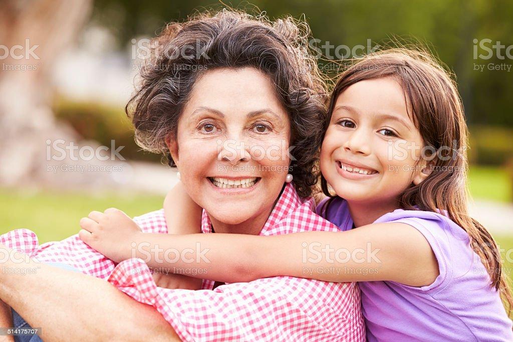 Abuela y Granddaughter en Parque juntos de estar - foto de stock
