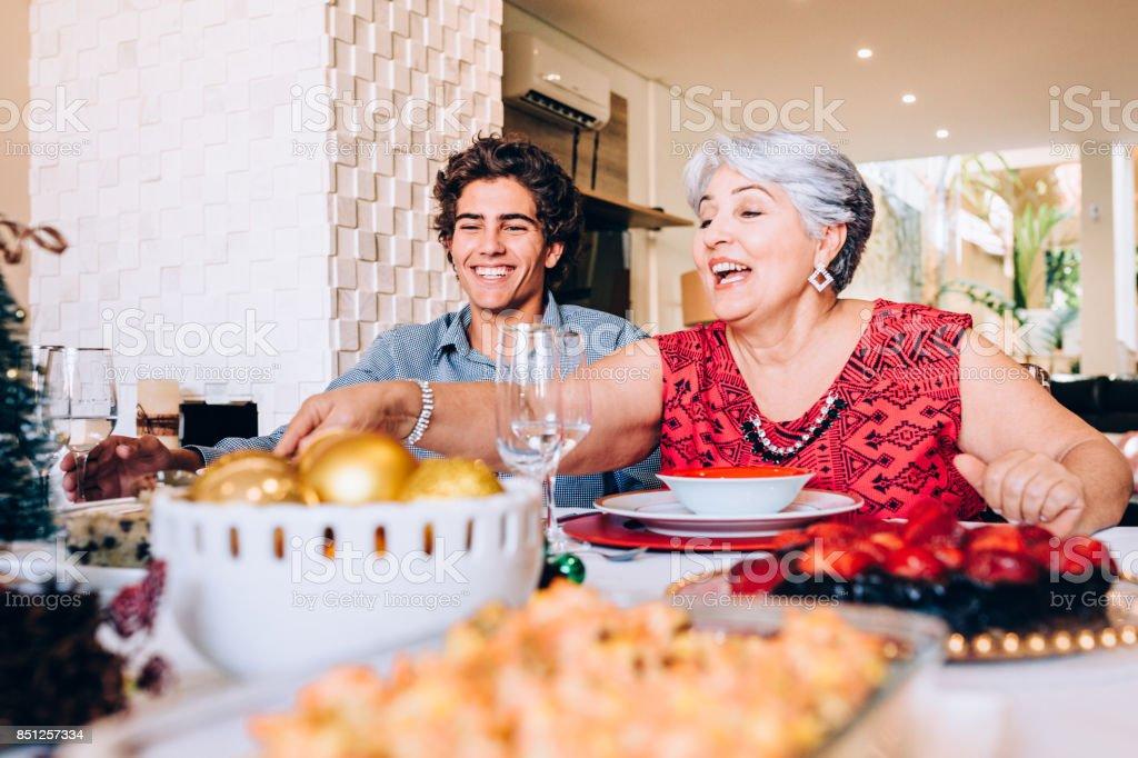 Großmutter und Enkel Familie mittags – Foto