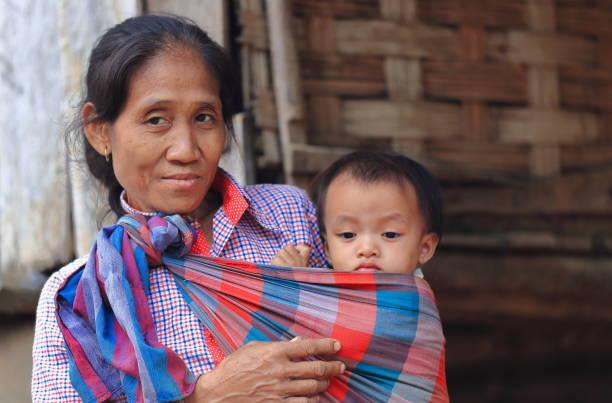 Großmutter und Enkel an der Tür-Khmu Hill Tribe-MuangKhua Bereich Phongsali Provinz-Laos.3848 – Foto