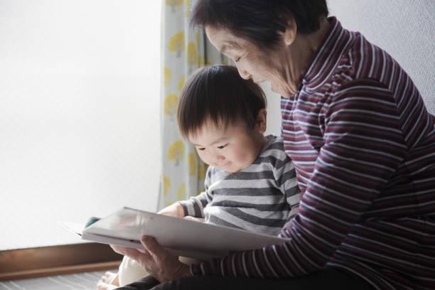 Avó e neto juntos a ler um livro de imagens - foto de acervo