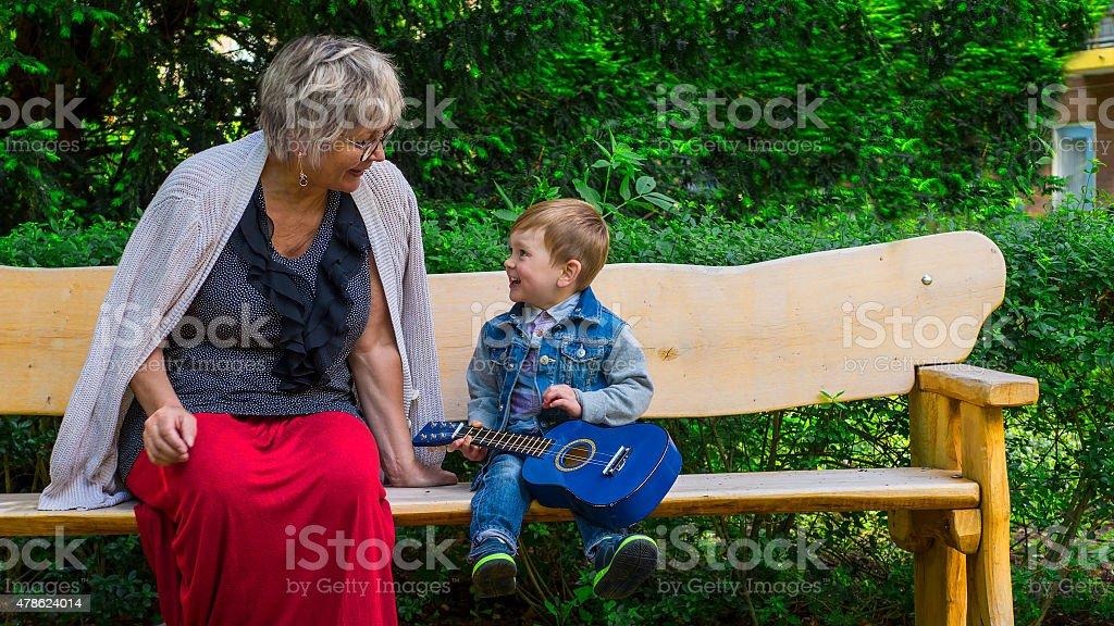 Abuela y nieto cantar juntos - foto de stock