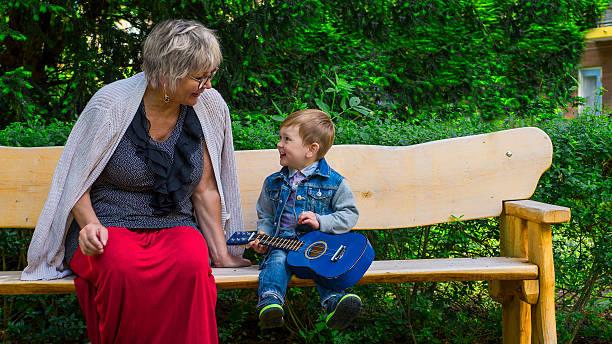 Großmutter und Enkel zusammen singen – Foto
