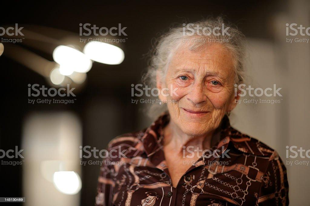 Großmutter wie zu Hause fühlen. – Foto