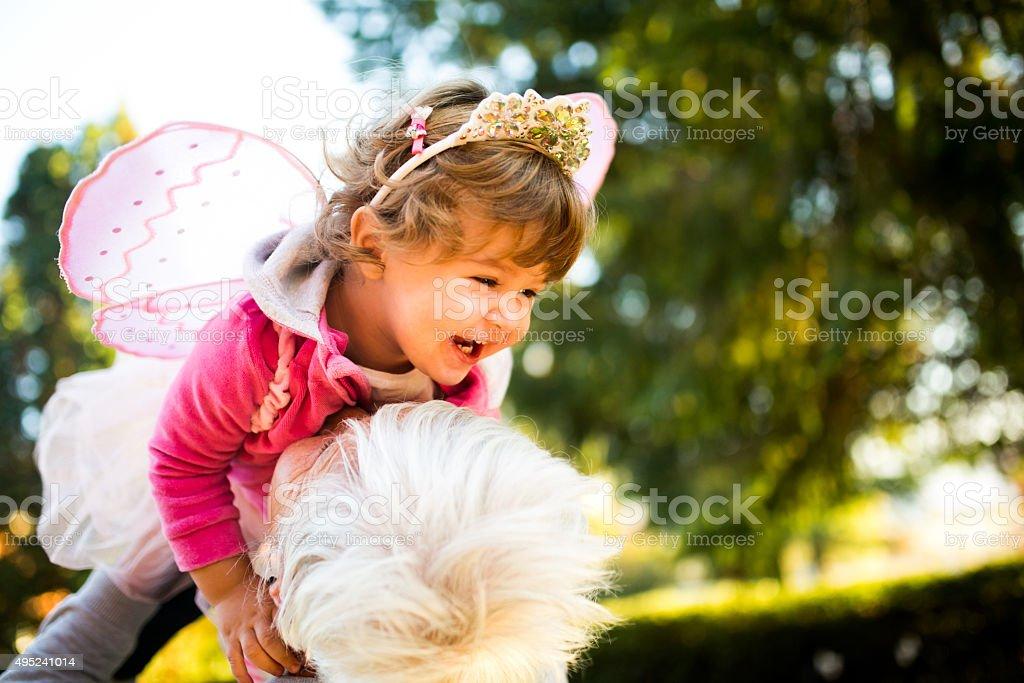 Abuela nietos de cuidado de niños en su propio hogar - foto de stock