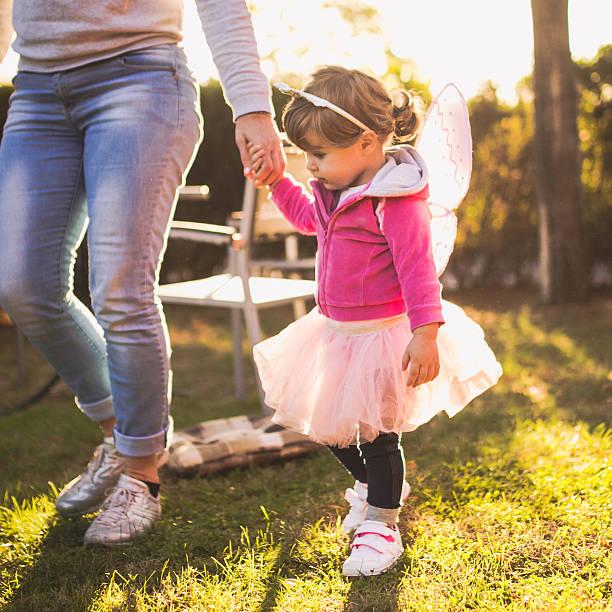 großmutter babysitting enkelkindern wie zu hause fühlen. - prinzessinnen tutu stock-fotos und bilder