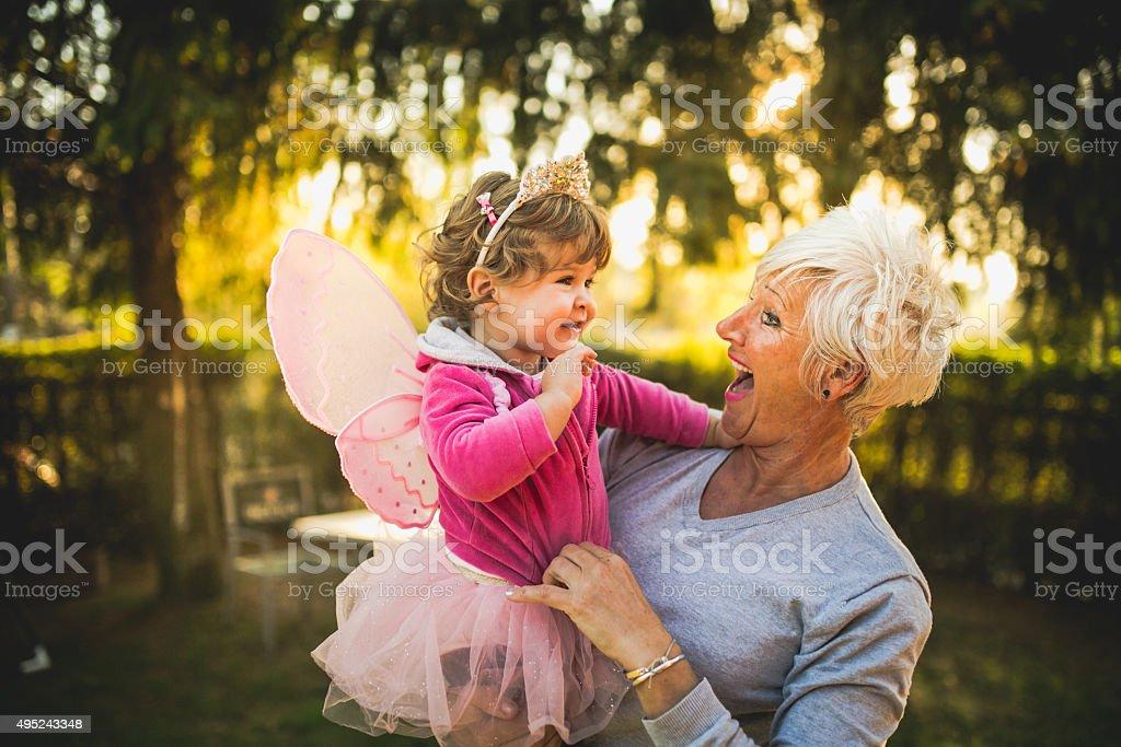 Abuela carying su granddaughter - foto de stock