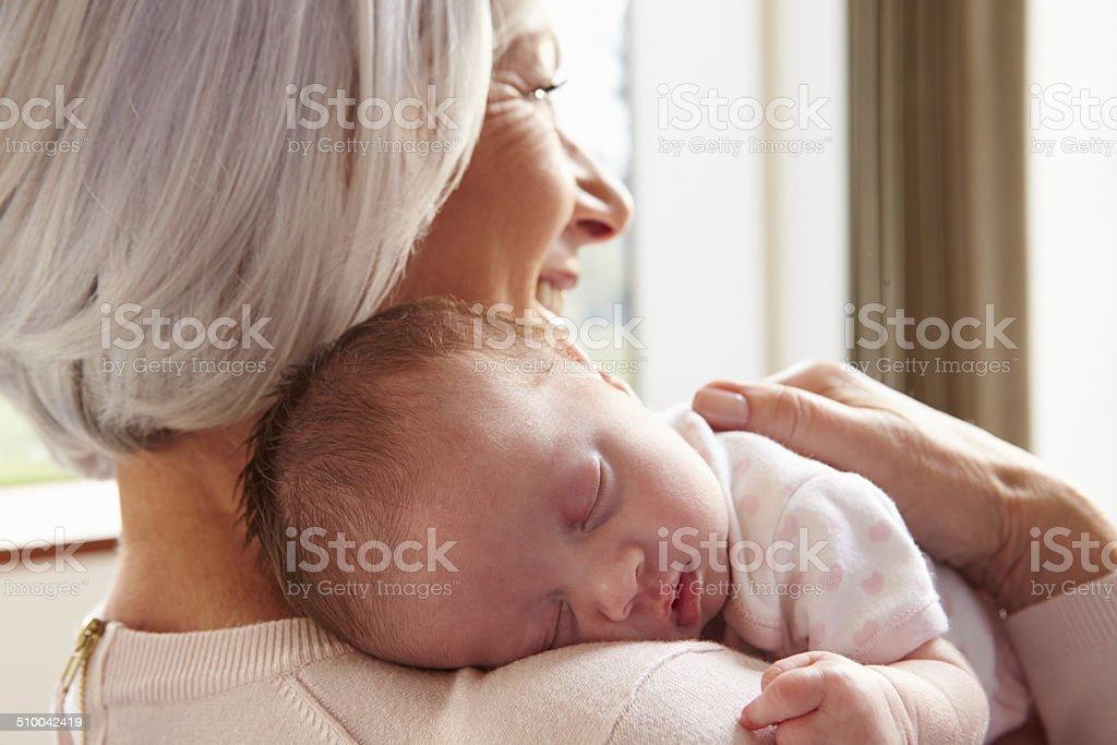 Abuela retención de bebé recién nacido durmiendo Granddaughter - foto de stock