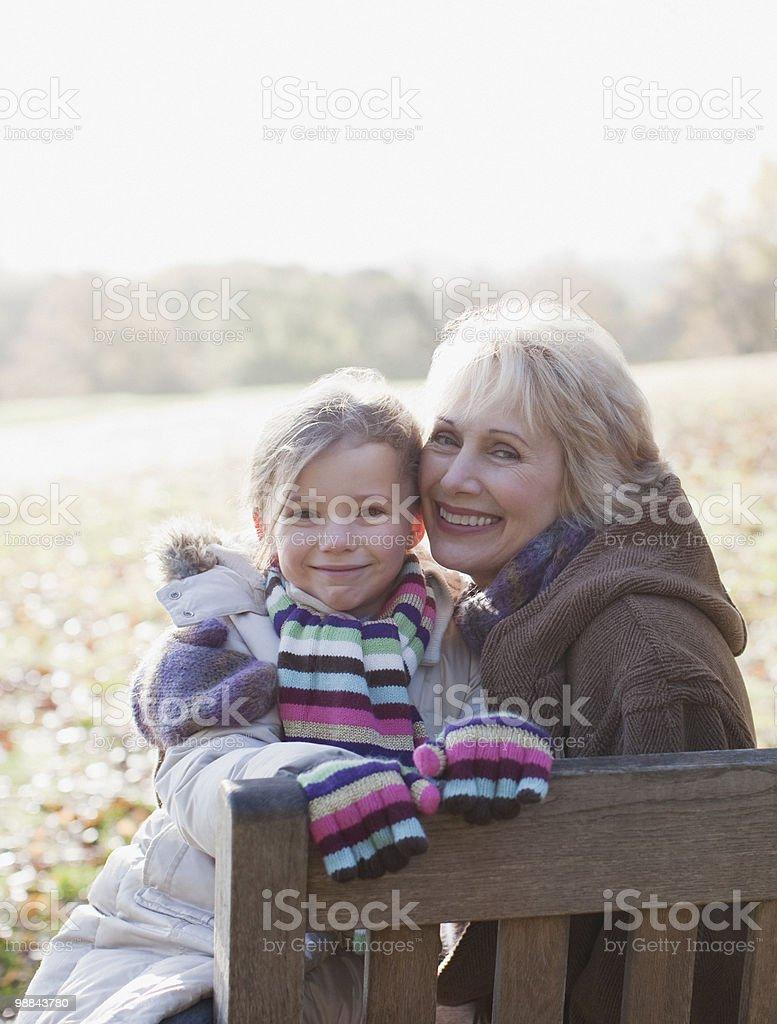 Abuela abrazándose granddaughter al aire libre foto de stock libre de derechos