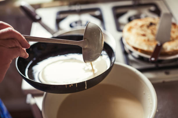 祖母のパンケーキを作る - パンケーキ ストックフォトと画像