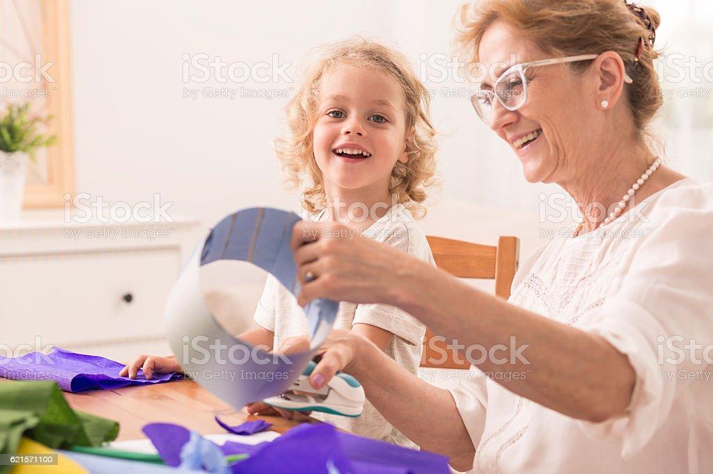 Grandmother making paper cuts photo libre de droits