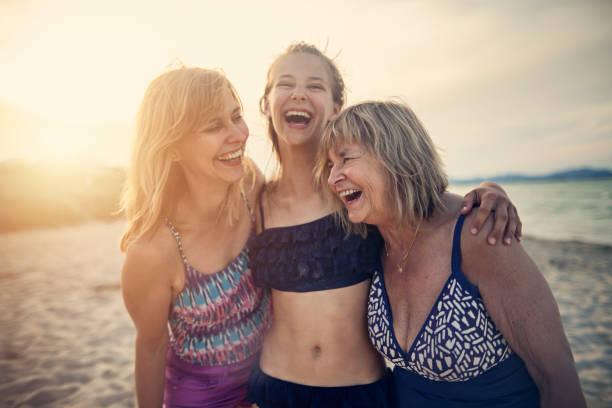 avó, matriz e filha que apreciam o tempo junto em uma praia - body positive - fotografias e filmes do acervo