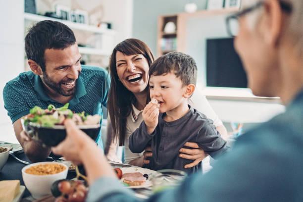 nonna, madre, padre e un ragazzo che pranzano - family foto e immagini stock