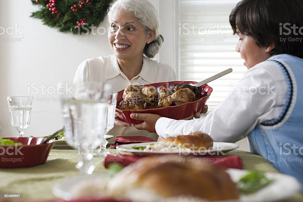 a grandmother 合格していた孫料理を ロイヤリティフリーストックフォト
