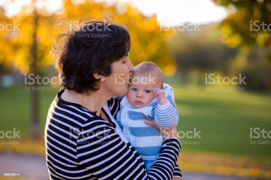 Avó jogando no parque com seu neto recém-nascido - foto de acervo