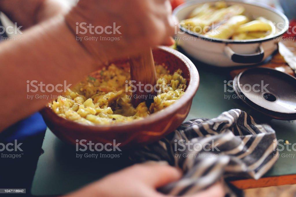 Großmutter, die Zubereitung von gesunden Speisen im Mörtel – Foto