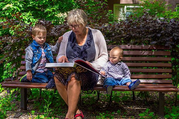 Großmutter ihren Enkel lesen – Foto